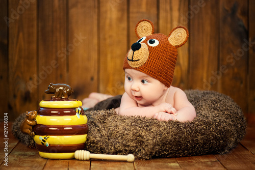Photo  Newborn baby in a knitted cap bears.