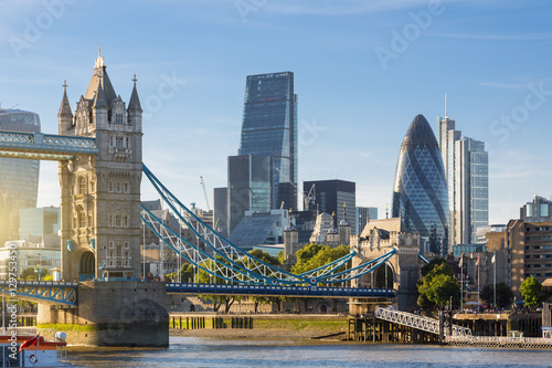 Photo sur Toile Londres Financial District of London and the Tower Bridge