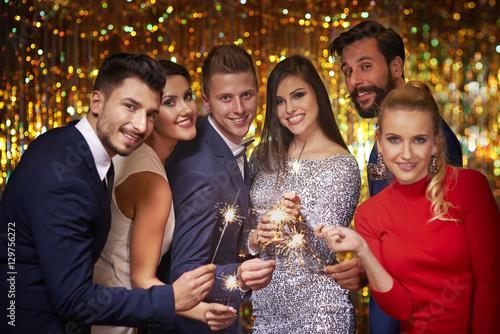 Obraz Bright sparklers and cheerful friends - fototapety do salonu