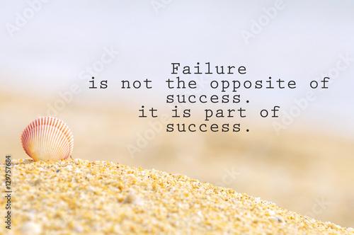 Inspirujący motywujący cytat z muszli na piasku na plaży. Niepowodzenie nie jest przeciwieństwem sukcesu. to część sukcesu.