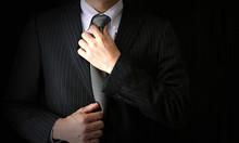 ネクタイをしめるビジ...