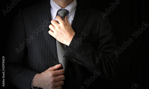 Fotografering ネクタイをしめるビジネスマン