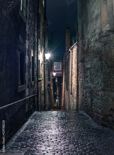 Fototapeten Schmale Gasse Narrow alleyway in Edinburgh