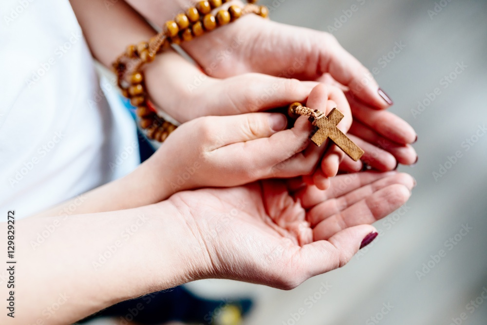 family praying the rosary - 1000×667