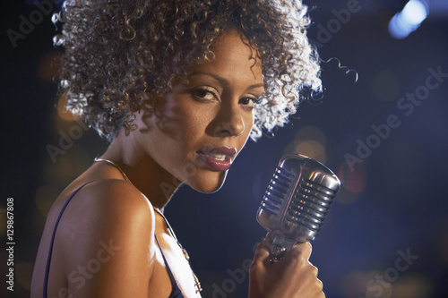 Canvas Print Closeup of a female jazz singer on stage