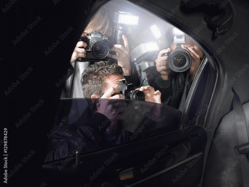Fototapety, obrazy: Paparazzi taking pictures through car window