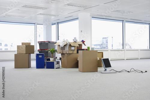 Fotografiet  Cartons and equipment on floor of empty office space