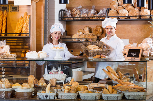 Foto op Plexiglas Bakkerij Portrait of cheerful positive couple at bakery display