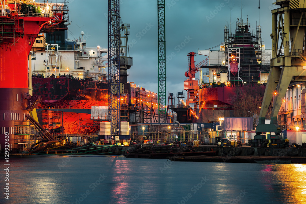 Fototapety, obrazy: Statek w budowie w nocy w Stoczni Gdańskiej