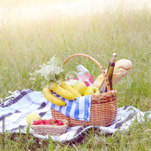 Poster Picnic Picnic basket and strawberry