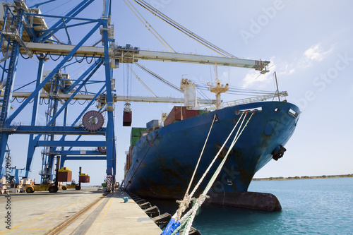 Photo Cranes by cargo containers in ship against the sky at dock in Limassol Cyprus