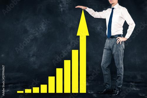 Photo  ビジネスマンとグラフ