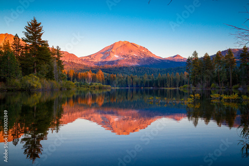 Fotobehang Bergen Sunset at Lassen Peak with reflection on Manzanita Lake