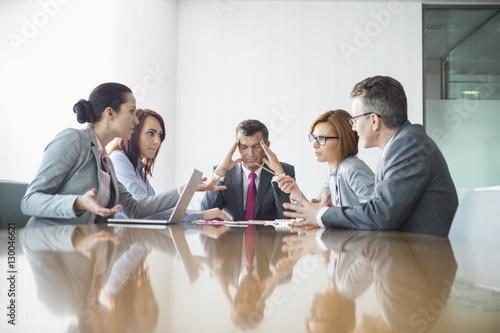 Carta da parati Businesspeople arguing in meeting