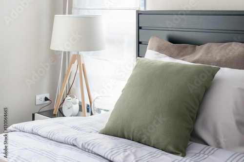Foto  modern bedroom with green pillow and wooden lamp