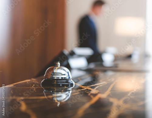 Plakat Dzwonek serwisowy znajduje się w recepcji