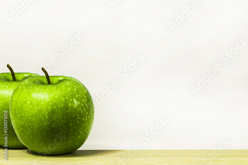 Fotografía  green apple on a white background ripe juicy fruit, wholesome food