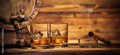 Poster de jardin Bar Glasses of whiskey with ice cubes served on wood