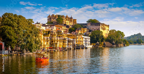 Tuinposter India City Palace and Pichola lake in Udaipur, India