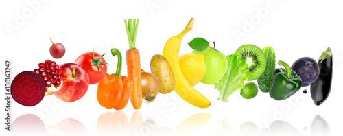 owoce-i-warzywa-w-ulozone-kolorystycznie-na-bialym-tle