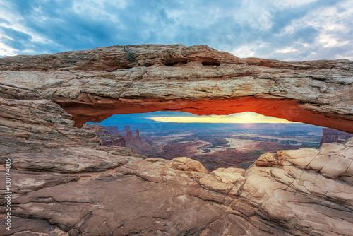 Poster Parc Naturel Sunrise at Mesa Arch in Canyonlands National Park near Moab, Utah, USA