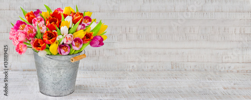 Foto op Canvas Tulp Blumenstrauß - Tulpen in einem Zinkeimer