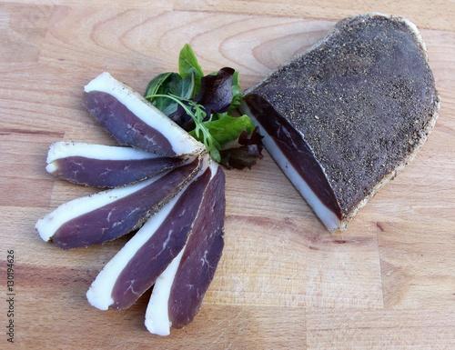 Fotografie, Obraz  tranches de magret de canard séché sur une planche en bois