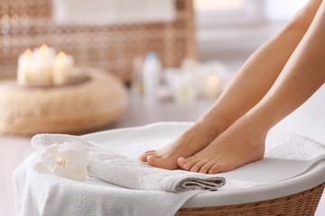 Obraz na płótnie Canvas Female feet in spa salon, closeup