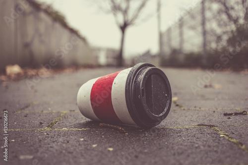 Fotografie, Obraz  Weggeworfener leerer Kaffeebecher liegt auf Gehweg.