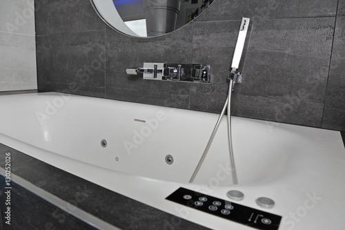 baignoire hydromassante pour balnéothérapie à domicile Fototapet