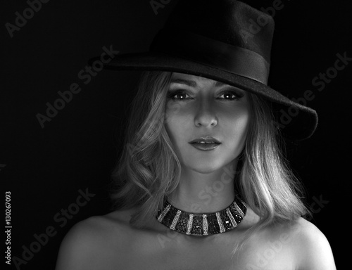 Photo  Glamour sexy makeup woman posing in fashion hat and gold necklac