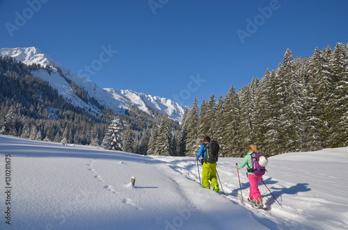 Fotobehang Wintersporten Paar mit Splitboard auf Skitour