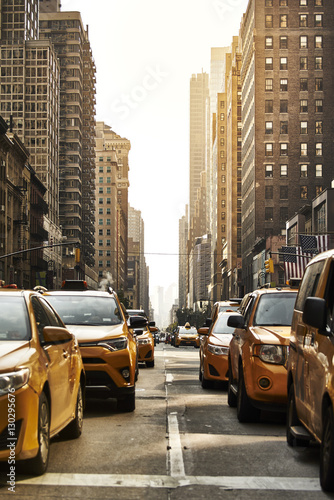 La pose en embrasure New York TAXI Yellow cabs on the street
