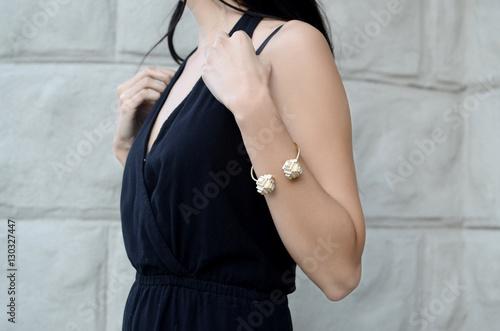 Fotografía  Fashion woman in black sleeveless dress wearing stylish bracelet