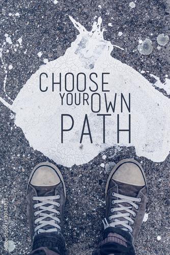 Fotografía  Choose your own path motivational quote on urban asphalt backgro