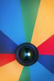 Fototapeta Tęcza - Obiektyw na tęczowej kartce