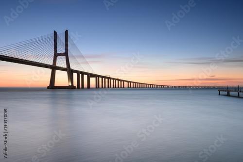 most-vasco-da-gama-przy-wschodem-slonca-lizbona