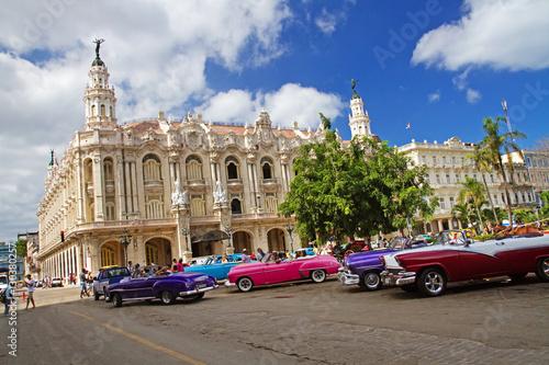 fototapeta na drzwi i meble classic american cars in street of havana, cuba