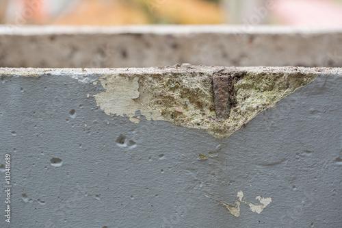 Fotografía  Betonschaden mit sichtbarem rostigen Armiereisen
