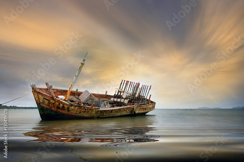 In de dag Schipbreuk An old shipwreck or abandoned shipwreck. , Wrecked boat abandoned stand on beach or Shipwrecked off the coast of Thailand.