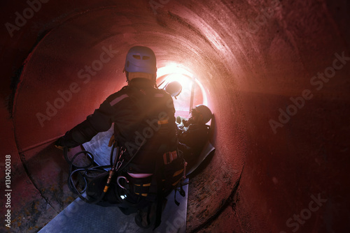 Fotografía  Rescue helping injured team in confined space .