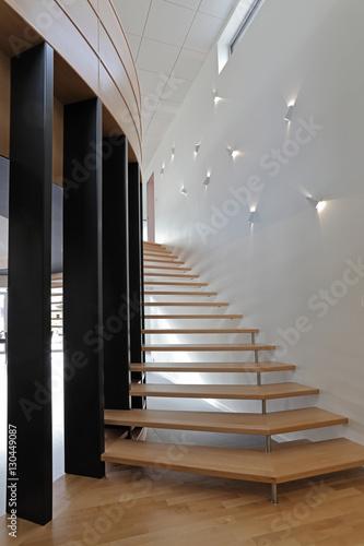 escalier contemporain tournant en bois – kaufen Sie dieses Foto und ...