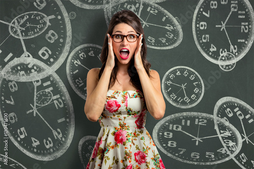 Fotografía  Woman overcome with stress, out of time management late anxious with clock backg