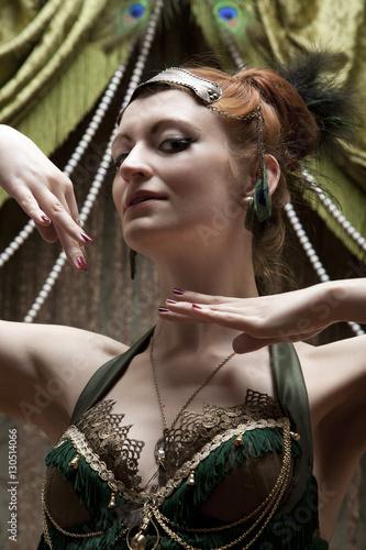 Poster Gypsy Junge attraktive Frau / Tänzerin in einem retro , 20er 30er Jahre burlesque Show / Bühnenkostüm