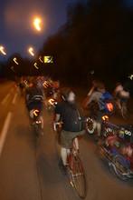 Critical Mass - Gruppe Von Radfahrern Bei Nacht