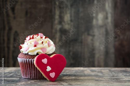 Photo  Valentine cupcake and cookie with heart shape decorated with sweet hearts on woo
