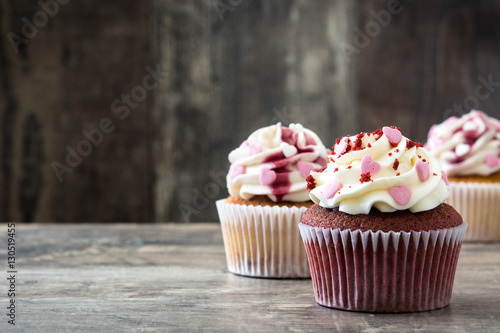 Foto  Valentine cupcakes decorated with sweet hearts on wooden table
