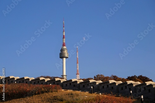 Fotobehang Seoel 城壁とNソウルタワーと真昼の月