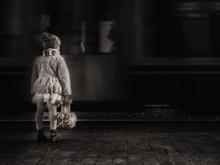 Bambina Che Aspetta In Stazion...