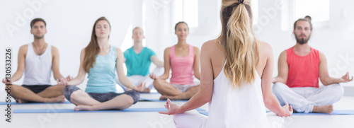 Fotografia  Meditating people doing lotus flower